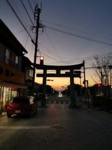 宮地嶽神社の参道の夕日の写真